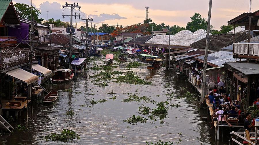 Ampawa floating market at dusk