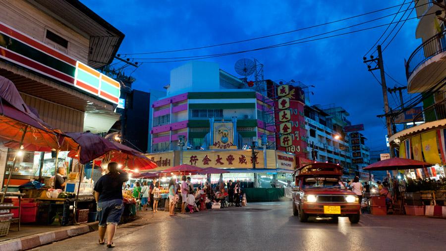 Chiang Mai: night bazaar on Chang Khlan Road